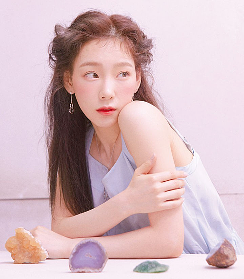 Tae Yeon được rất nhiều người đồng tính nữ yêu mến nhờ hình tượng girl-crush cá tính. Tae Yeon từng chia sẻ suy nghĩ: Chúng ta có thể trở thành mẫu người lý tưởng của bất kỳ ai, người đó có thể là con trai hoặc là con gái. Cô nàng cũng không ít lần thể hiện sự ủng hộ cộng đồng LGBT. Vào 11/10/2016, ngày Quốc gia công khai xu hướng tính dục, trưởng nhóm SNSD đã đăng một bức ảnh cầu vồng lên trang cá nhân, ngầm cổ vũ những người thuộc giới tính thứ ba có thêm động lực để sống thật với chính mình.