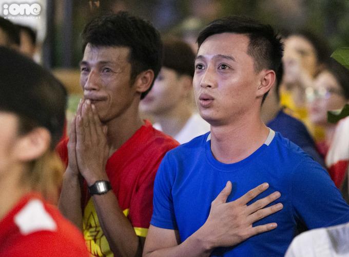 <p> CĐV hồi hộp với từng đường chuyền của đội tuyển Việt Nam</p>