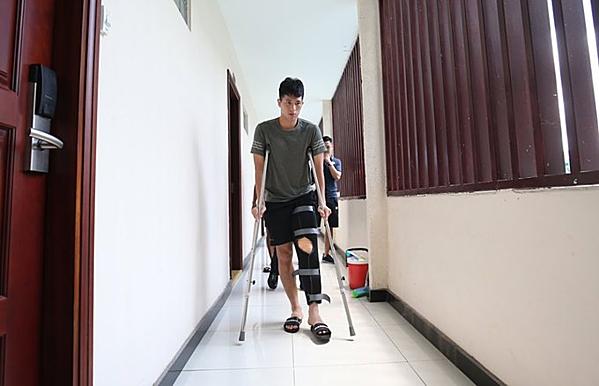 Đình Trọng chống nạng trở về Hà Nội, bỏ lỡ Kings Cup vì chấn thương.
