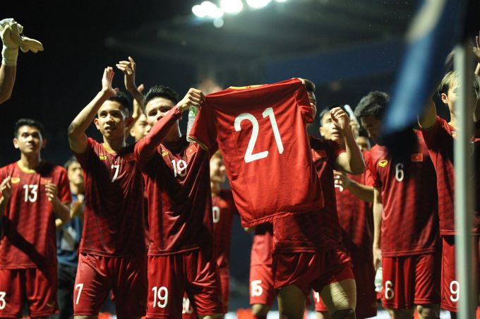 <p> Lâng lâng với niềm vui chiến thắng nhưng các cầu thủ tuyển Việt Nam không quên Đình Trọng đang dính chấn thương tại quê nhà. Họ giơ chiếc áo mang số 21 như lời chúc mong Đình Trọng sớm bình phục.</p>