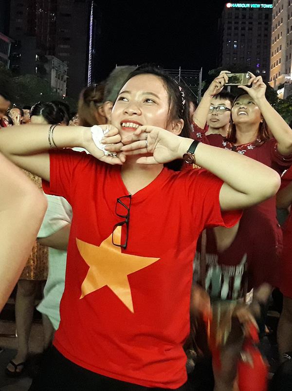 """<p> Bàn thắng đến bất ngờ khiến các CĐV vỡ òa cảm xúc. """"Thắng rồi, Việt Nam đã thắng Thái Lan như mong đợi của chúng tôi"""", một CĐV phấn khích nói.</p>"""