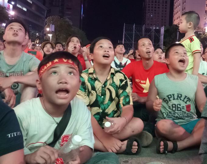 <p> Các fan nhí cũng theo dõi trận đấu hăng say không kém.</p>