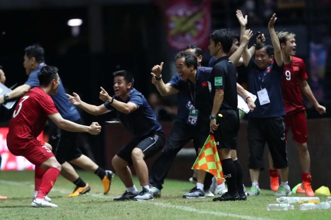 """<p> Bàn thắng của Anh Đức đến từ pha đánh đầu ở phút bù giờ cuối cùng của trận đấu (90+4) mang về chiến thắng 1-0 trước Thái Lan ở King's Cup 2019.</p> <p> Thế trận giằng co, kịch tính giữa hai đội, đặc biệt ở hiệp hai khiến nhiều người hâm mộ hồi hộp theo dõi. Tưởng chừng hai đội sẽ phân thắng bại trên chấm 11m nhưng bất ngờ đã xảy ra ở phút chót. Cú đánh đầu của """"lão tướng"""" đội tuyển Việt Nam khiến Ban huấn luyện, hàng nghìn người hâm mộ trên khán đài, hàng triệu khán giả quê nhà vỡ òa hạnh phúc.</p>"""