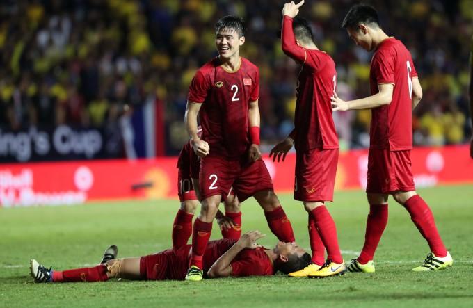 <p> Các cầu thủ không giấu được niềm vui sướng. Còn chủ nhân của bàn thắng dường như kiệt sức khi nằm luôn xuống sân.</p>
