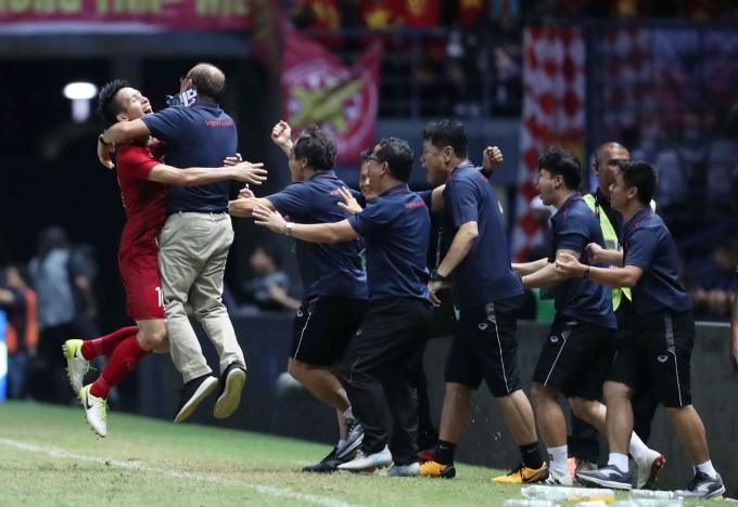 <p> Ông nhảy cẫng ôm học trò chia sẻ niềm hạnh phúc.</p>