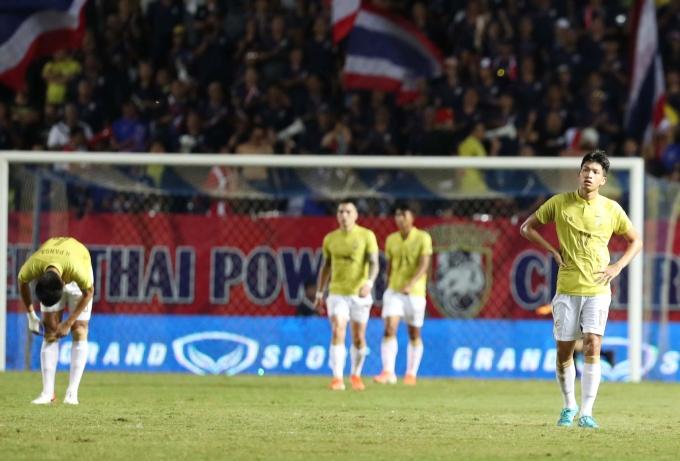 <p> Niềm vui của đội tuyển Việt Nam là nỗi buồn của các cầu thủ Thái Lan. Các chân sút thất thần rời sân sau hai hiệp đấu nhiều nỗ lực. Họ sẽ tranh vị trí 3, 4 trong trận đấu gặp Ấn Độ.</p>