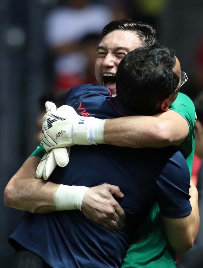 <p> Văn Lâm sung sướng ôm thành viên Ban huấn luyện.</p>