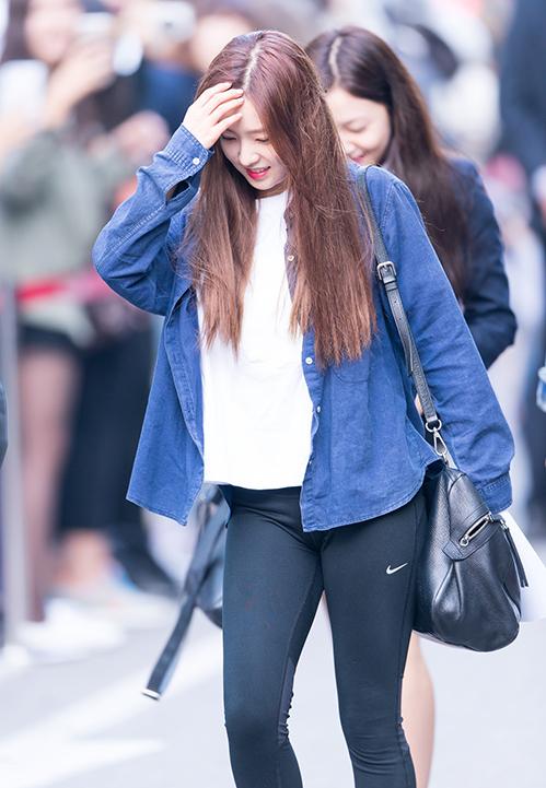 Một chiếc áo phông hay áo sơ mi khoác ngoài không dài quá, cũng không ngắn quá phối cùng quần legging, đủ để giúp Irene (Red Velvet) khẳng định gu ăn mặc thanh lịch, tinh tế.