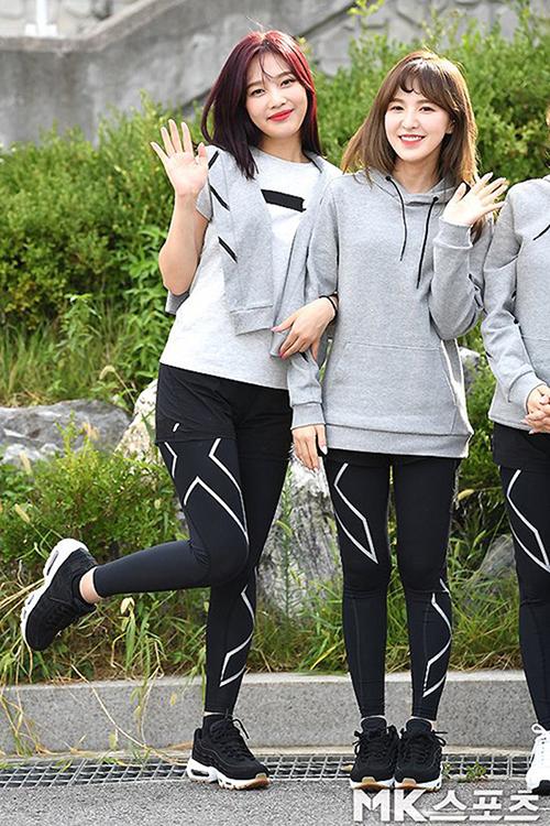 Diện legging trong lần tham gia show thể thao, Joy, Wendy cùng các thành viên Red Velvet đều tinh ý mix thêm quần short để tránh lộ rõ vòng 3.