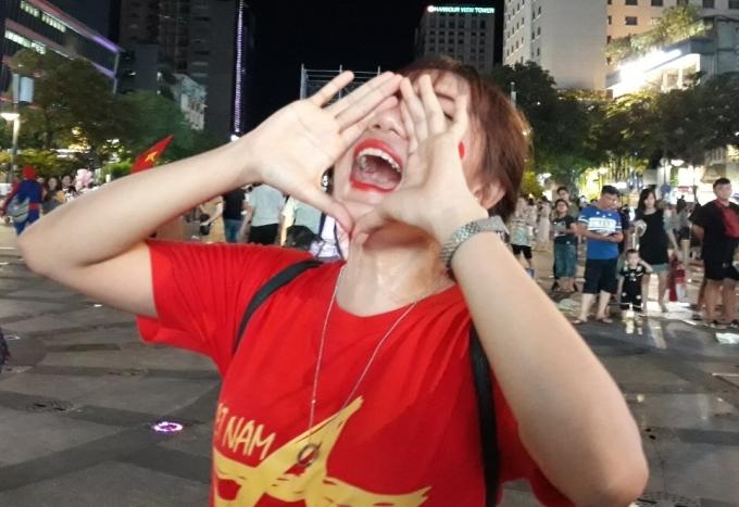 <p> Các CĐV nán lại khá lâu trên phố Nguyễn Huệ để ăn mừng chiến thắng này khi Việt Nam ghi danh ở trận chung kết (8/6) gặpCuracao.</p>
