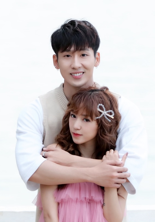 Tuấn Trần đầu tư thực hiện web drama 21 ngày yêu em. Với nội dung ngôn tình nên anh chàng đã mời hot girl Sa Lim diễn xuất chung. Những ngày qua, họ có mặt tại Đà Lạt để thực hiện những phân đoạn lãng mạn, ngọt ngào.