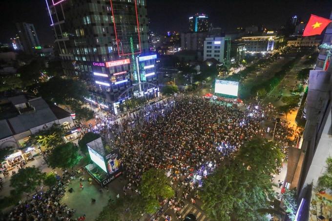<p> Phố đi bộ Nguyễn Huệ tối 5/6 hút hàng nghìn người theo dõi trận đấu Việt Nam - Thái tại giải King's Cup 2019. Nơi đây được lắp 5 màn hình Led lớn để phục vụ khán giả xem bóng đá. Từ 18h, lượng người đổ dồn về đây khá đông để chuẩn bị cổ vũ thầy trò ông Park Hang-seo. Ảnh: VnExpress.</p>