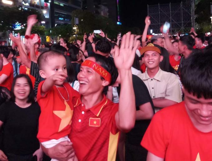 <p> Tất cả đều hân hoan ăn mừng chiến thắng đến không ngờ với thầy trò HLV Park Hang-seo. Ông bố này vừa bế con, vừa hòa chung vào không khí náo nhiệt trên phố Nguyễn Huệ.</p>