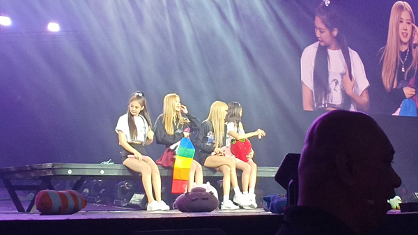 Trong concert ở Manila (Philippines) hồi tháng 2/2019, fan đã ném rất nhiều thứ lên sân khấu. Tuy nhiên, Rosé chỉ nhặt chiếc cờ lục sắc, cầm nâng niu trong tay và đưa cho Lisa cầm chung.
