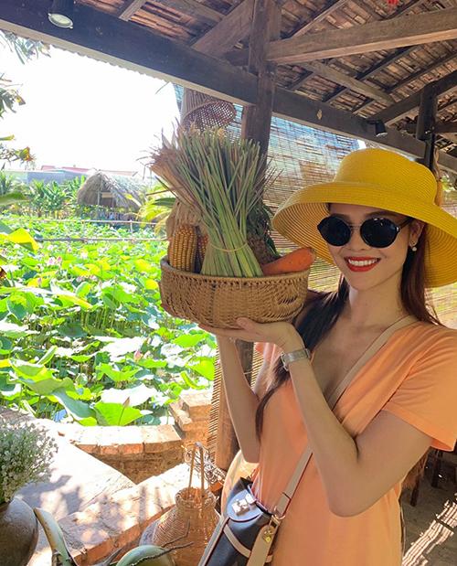 Kỳ Hân khoe làm cô nông dân đi thu hoạch rau củ.