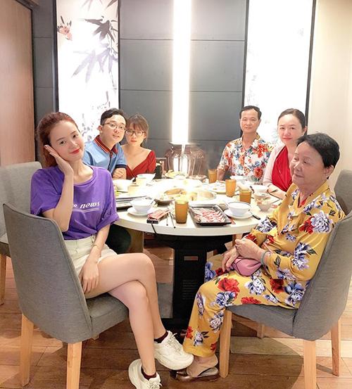 Midu đi ăn cùng cả gia đình mừng sinh nhật em trai.