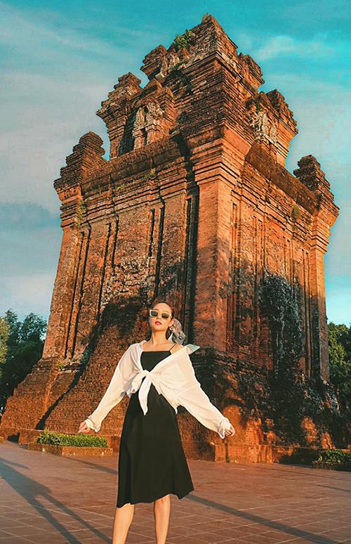 Minh Hằng trầm trồ trước vẻ đẹp của Tháp Nhạn Tùy Hòa.