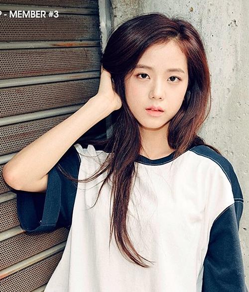 Gương mặt Ji Soo hội tụ những đườngnét thanh tú, mong manh. Thời mới debut, cô nàng đốn tim fan bởi hình ảnh nữ sinhngây thơ trong sáng.