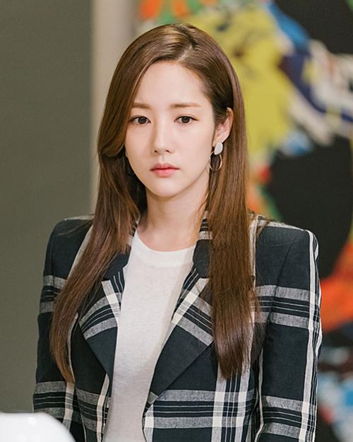 Ngoài son, nhiều trang phục, trang sức, phụ kiện mà nữ minh tinh họ Park diện trong phim cũng thu hút sự quan tâm của chị em trên trang tìm kiếm Naver.