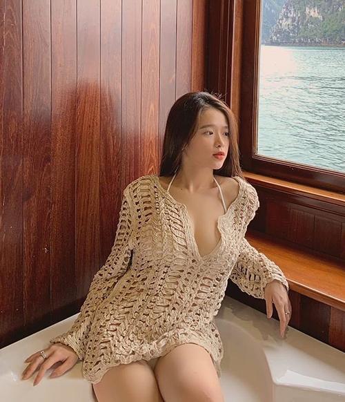 Hình ảnh mới của Linh Ka trong chuyến du lịch Hạ Long khiến nhiều khán giả bất ngờ. Diện bộ bikini, bên ngoài khoácáo lưới lả lơi, hot girl khoe thân hình gợi cảm ở tuổi 17.