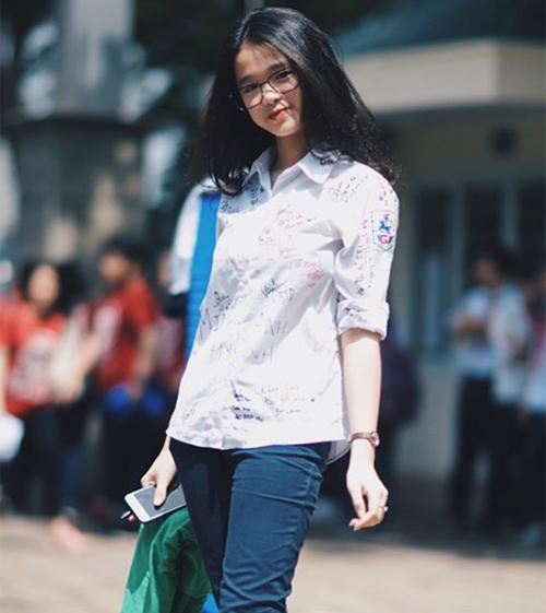 So với bức ảnh cô nàng chụp trong ngày tốt nghiệp lớp 9 cách đây 2 năm, có thể thấy sự thay đổi rõ rệt về ngoại hình, vóc dáng. Nhiều người khen Linh Ka dậy thì thành công vì chỉ trong thời gian ngắn, cô trở nên đầy trưởng thành.