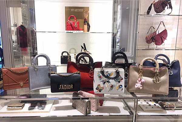 Trên trang cá nhân, Phạm Hương khoe vừa đưa loạt túi Dior đi tân trang. Người đẹp tâm sự, vì mua quá nhiều túi xách đến từ thương hiệu cao cấp này nêncô dùng không hết và có ý định thanh lý.