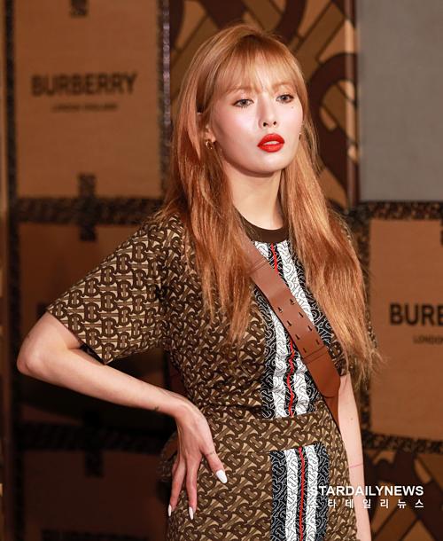 Người dùng mạng cho rằng Hyuna nên quay lại với những make-up look đơn giản như trước. Một năm trở lại đây, nữ hoàng gợi cảm của Kpop khiến netizenngán ngẩm vì phong độ nhan sắc và thời trang thất thường, khi thì nhợt nhạt như ốm dậy, khi thì già dặn quá mức.