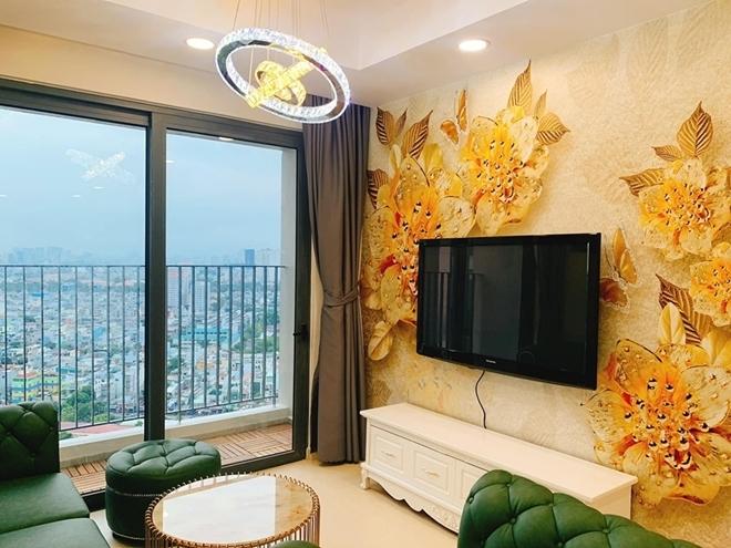 <p> Phòng khách nhìn ra ban công với không gian mở, là nơi vợ chồng Phương Hằng thư giãn.</p>