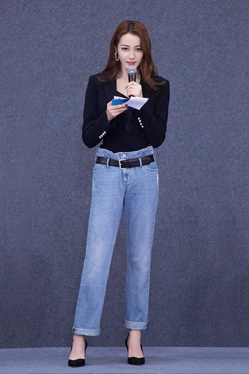 Nhiệt Ba thường sử dụng tông màu đen quyền lực khi công bố kết quả vòng bình chọn. Nữ diễn viên biến hóa liên tục từ hình tượng bánh bèo, cá tính đến tiện dụng với quần jean cạp cao.