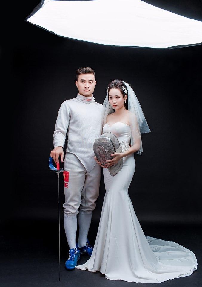 <p> Với mong muốn ghi dấu ấn nghề nghiệp trong ngày trọng đại, Thành An quyết định cầm kiếm và diện trang phục khi thi đấu thể thao để chụp ảnh cưới.</p>