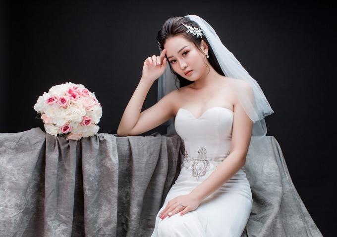 """<p> Thành An và cô dâu Tú Anh đã có 2 năm tìm hiểu trước khi """"về chung một nhà"""". Trước khi trở thành dược sĩ, Tú Anh là vận động viên bắn súng.</p>"""