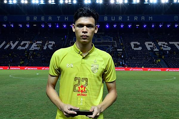 Supachai nhận danh hiệu cầu thủ xuất sắc nhất trận đấu tối 5/6. Ảnh: Chang Suek.
