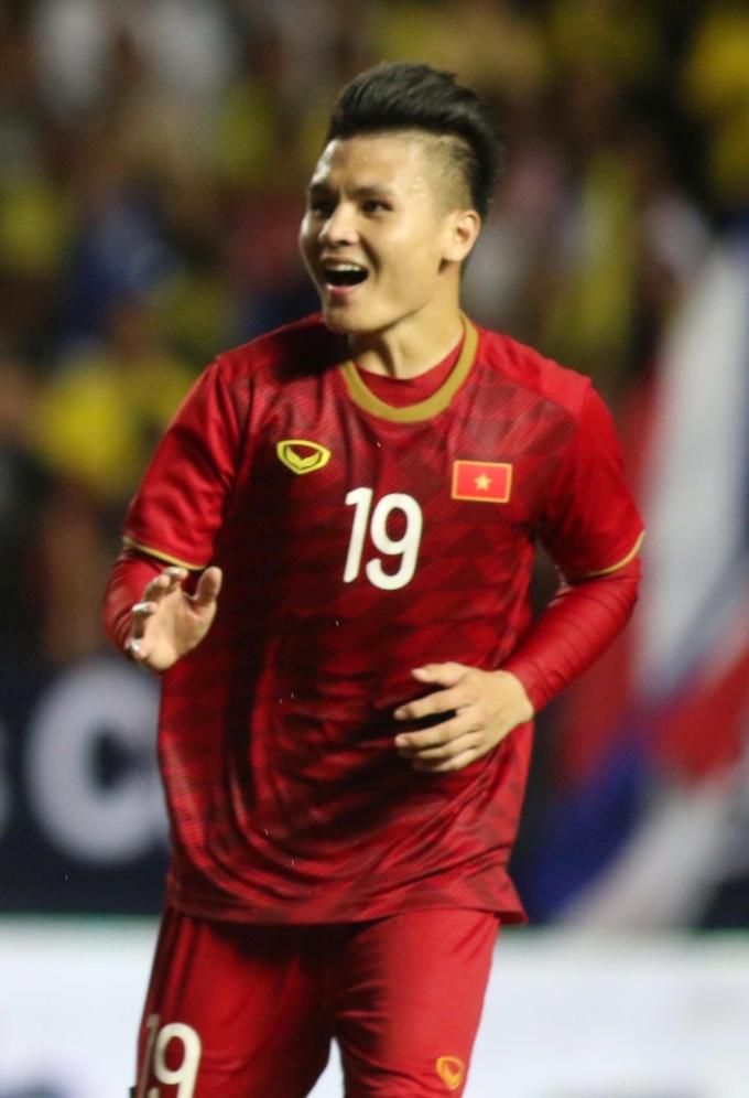 <p> Quang Hải ăn mừng chiến thắng cùng đồng đội trên sân.</p>