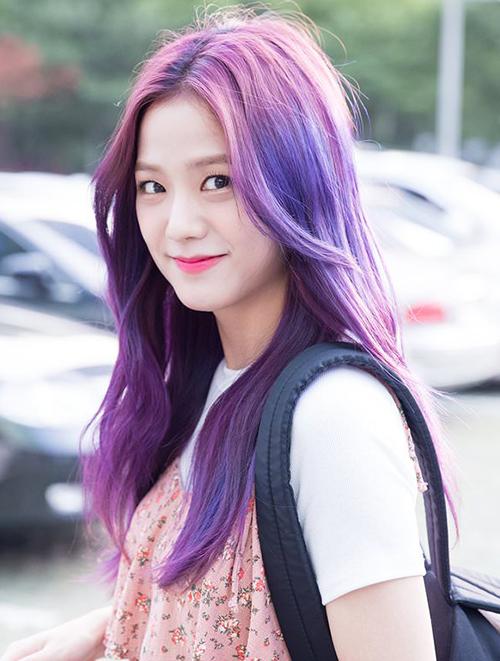 Mái tóc màu tím chủ đạo, đan xen tông xanh và hồng từng giúp Jisoo (Black Pink) thoát khỏi hình ảnh