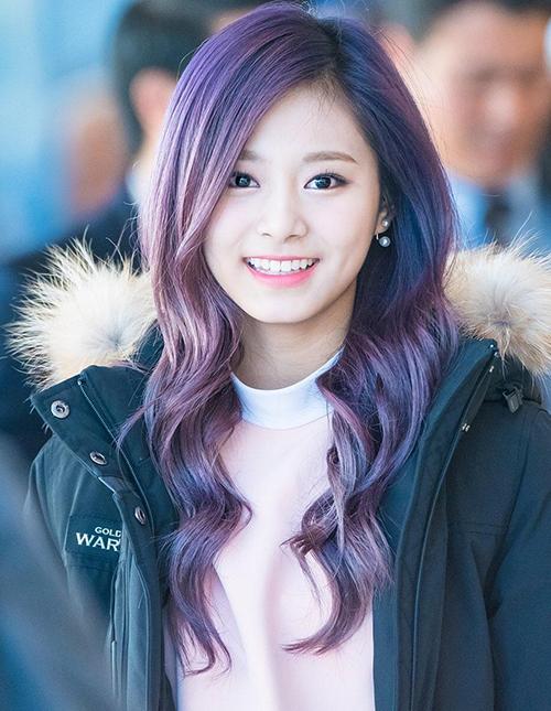 Tzuyu càng thêm xinh trong mái tóc nhuộm ombre xanh-tím.
