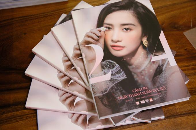 <p> Jun Vũ chia sẻ, cô đặt tên cho cuốn sách là <em>Cảm ơn, ngày thanh xuân rực rỡ </em>vì thời gian qua với cô là những ngày tháng tươi đẹp nhất. Cô được làm công việc yêu thích, có vai diễn gây chú ý và nhận được nhiều tình cảm từ khán giả.</p> <p> Jun Vũ tiết lộ, Ngô Thanh Vân chính là người cho cô cảm hứng và sự can đảm để ra mắt cuốn sách ảnh lần này.</p>