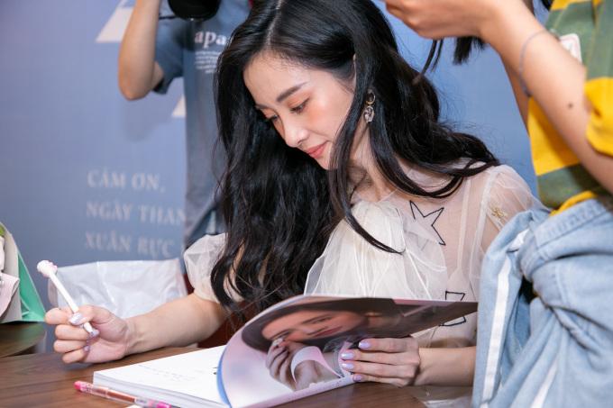 <p> Jun Vũ gửi fan những lời chúc khi ký tặng.</p>
