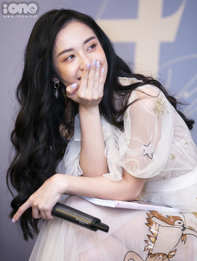 <p> Thời gian qua, Jun Vũ thường xuất hiện với phong cách sexy nhưng trong photobook <em>Cảm ơn, ngày thanh xuân rực rỡ</em>, đa số hình ảnh của nữ diễn viên đều mang hơi hướng đơn giản, nữ tính.</p> <p> Lý giải điều này, Jun Vũ cho biết cô từng thử nghiệm phong cách sexy, gợi cảm nhưng cảm thấy chưa phù hợp lắm. Fan của nữ diễn viên hầu hết là học sinh, sinh viên nên cô cân nhắc, chuyển sang phong cách phù hợp hơn.</p>