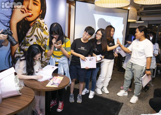 <p> Fan xếp hàng chờ Jun Vũ ký tặng sách.</p>