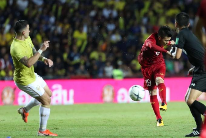 <p> Ở phút thứ 81, Công Phượng đưa bóng đến chân Hồng Duy. Cầu thủ số 7 chuyền ngang cho Quang Hải. Ở vị trí thuận lợi, Quang Hải sút một chạm nhưng bóng đi chệch khung thành trong gang tấc.</p>