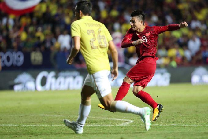 """<p> Trận đấu này cũng chứng kiến một số khoảnh khắc gây ấn tượng của Quang Hải trên hàng công. Anh luôn là chân sút được bầy """"Voi chiến"""" kèm sát.</p>"""