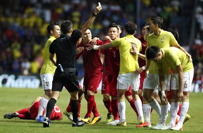"""<p> Tình huống khiến cầu thủ Thái Lan phải nhận thẻ vàng. Tuy nhiên biểu cảm nhăn nhó, đòi """"làm cho ra lẽ"""" của Quang Hải mới thật sự khiến fan chú ý. Anh được các đồng đội khuyên bình tĩnh.</p>"""