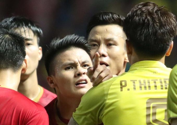"""<p> Chân sút Hà Nội không ngại chỉ thẳng mặt cầu thủ Thái Lan vì lối chơi bóng thiếu fairplay. Biểu cảm này khiến nhiều người hâm mộ gọi nam tiền đạo là """"thánh gắt"""".</p>"""