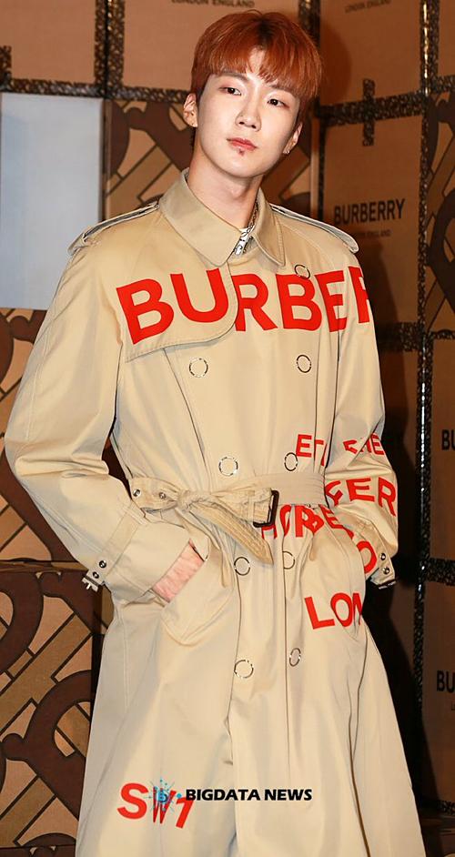 Cùng với Mino, Seung Hoon là một trong những con cưng của hãng Burberry. Bộ đôi rapper nhà YG thường xuyên được mời dự sự kiện của thương hiệu đến từ nước Anh.