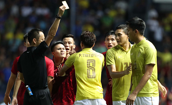 Trọng tài rút thẻ vàng sau pha phạm lỗi của cầu thủ Thái Lan. Ảnh: Đức Đồng