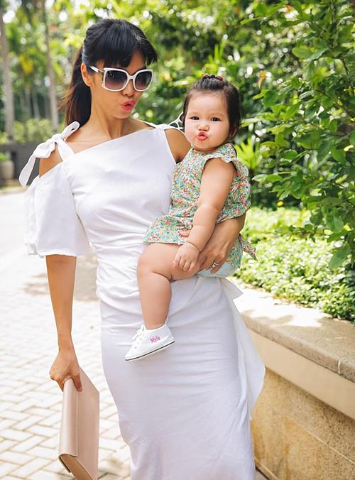 Hà Anh cho con gái Myla diện toàn hàng hiệu từ khi mới hơn 1 tuổi. Chiếc váy cô nhóc đang mặc được mẹ khoe là đụng hàng với Suri Cruise.