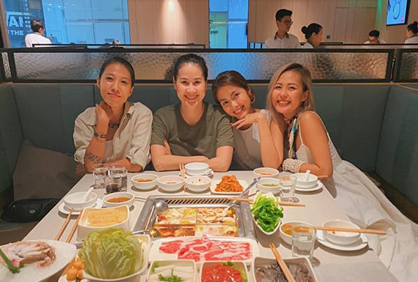 Tăng Thanh Hà đi ăn uống cùng hội bạn thân 10 năm.