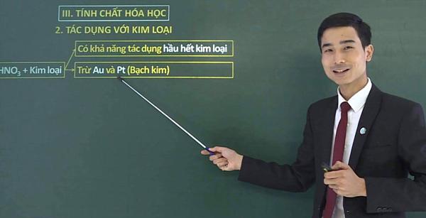 Thầy giáo Dương Tiến Tài, giáo viên môn Hóa học. (Ảnh: NVCC)