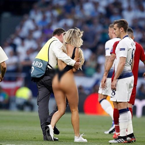 Kinsey Wolanski bị tóm sau khi xông vào sân bóng.