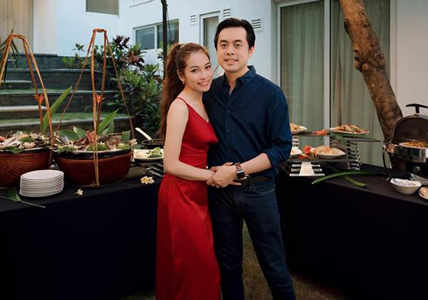 Hai vợ chồng Dương Khắc Linh - Dương Sara đang có chuyến trăng mật ở Đà Nẵng.